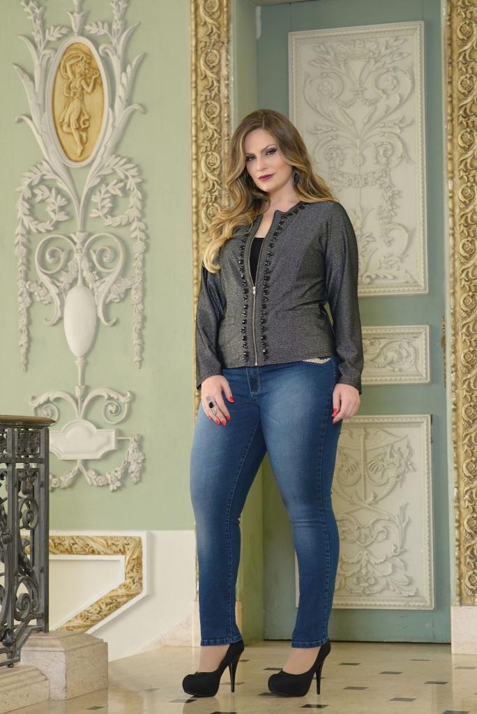 Use casaqueto com jeans bordado para um look elegante.